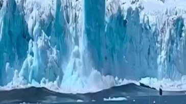When the iceberg falls off the cliff, it sinks due to momentum, but because the density of iceberg is less and the seawater is heavier, the iceberg instantly resurfaces, floats to the surface and continues to rise upward, forming a pillar! Extremely rare capture!