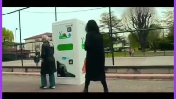 Recycling machine in Turkey that dispenses food for stray dogs when you recycle plastic bottles.